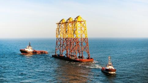 Jacket- Gründungsstrukturen auf dem Weg zum Offshore-Windpark alpha ventus