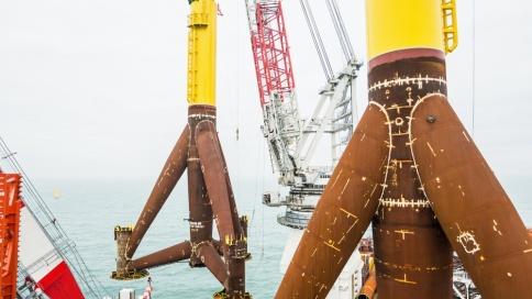 Global Tech I: 900 Tonnen Tripod wird installiert