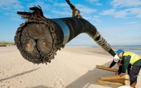 Ein Drehstromkabel von 60 km Länge ist auf der Insel Norderney an Land angekommen und wird über die Insel und durch das Wattenmeer durch ein Leerrohsystem ans Festland geführt.