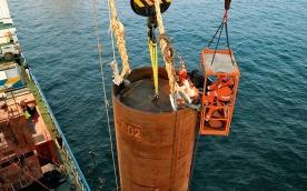Setzen des ersten Tripods im Offshore-Windpark alpha ventus