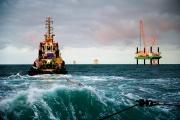 A tugboat takes the jack-up plattform