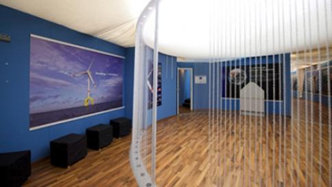 Durch den Kettenvorhang entsteht die räumliche Wirkung der Turmwandung.