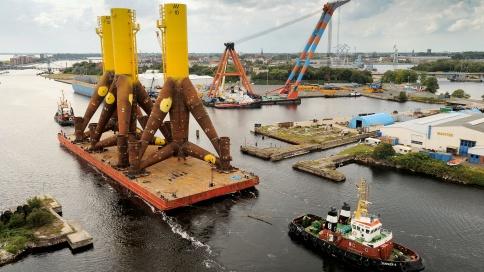 Ein Schlepper zieht die im norwegischen Verdal hergestellten Tripods nach Wilhelmshaven