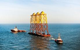 Jacket- Gründungsstrukturen auf dem Weg zum Offshore-Windpark alpha ventus. Auf diesen Gründungsstrukturen wurden sechs Anlagen des Typs REpower 5M errichtet.